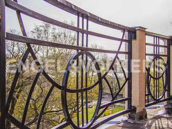 Элитные квартиры в Других районах области. Санкт-Петербург, Дибуновская, 22. Балкон с видом на сквер