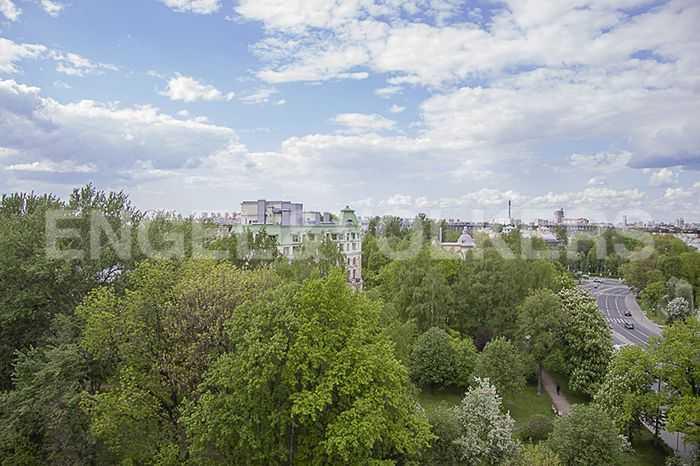 Вид с балкона на зелень Крестовского острова