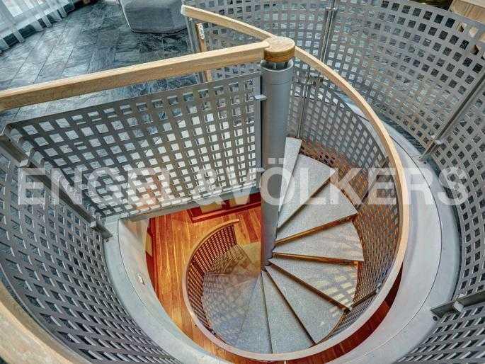 Лестница на первый уровень со второго