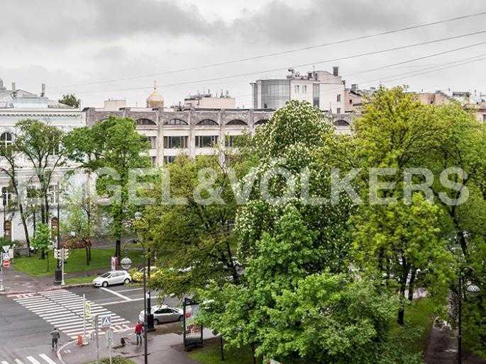 Элитные квартиры в Других районах области. Санкт-Петербург, 12-линия, 7. Вид из окон на зелень бульвара