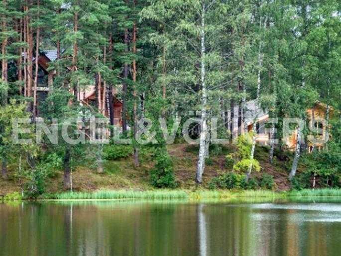 Элитные квартиры в Всеволожском районе. Ленинградская область, п. Юкки. Вид с озера на поселок