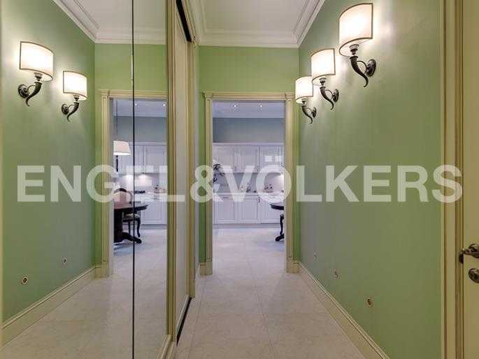 Элитные квартиры в Других районах области. Санкт-Петербург, 12-линия, 7. Холл с гардеробной