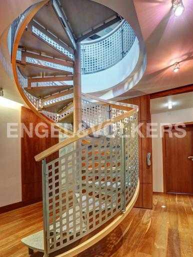 Лестница, ведущая на второй уровень в гостинную