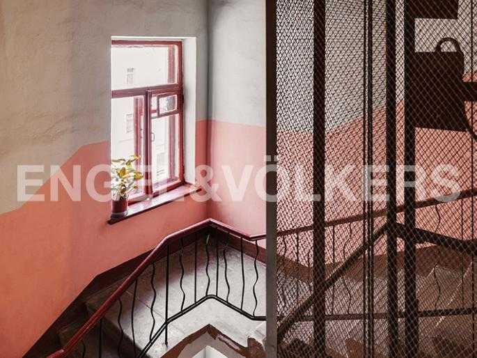 Элитные квартиры в Других районах области. Санкт-Петербург, 12-линия, 7. Парадная с лифтом