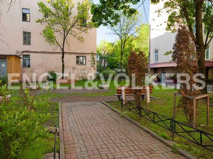 Элитные квартиры в Других районах области. Санкт-Петербург, 12-линия, 7. Закрытая придомовая территория