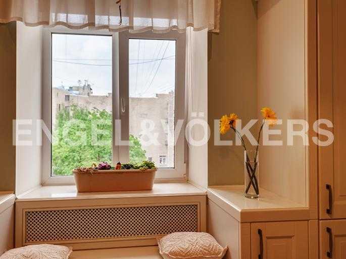 Элитные квартиры в Других районах области. Санкт-Петербург, 12-линия, 7. Вид из окна на зелень придомовой территории