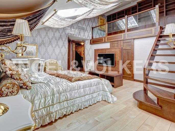 Элитные квартиры в Центральном районе. Санкт-Петербург, Миллионная, 12. Двухярусная спальня с галереей-библиотекой