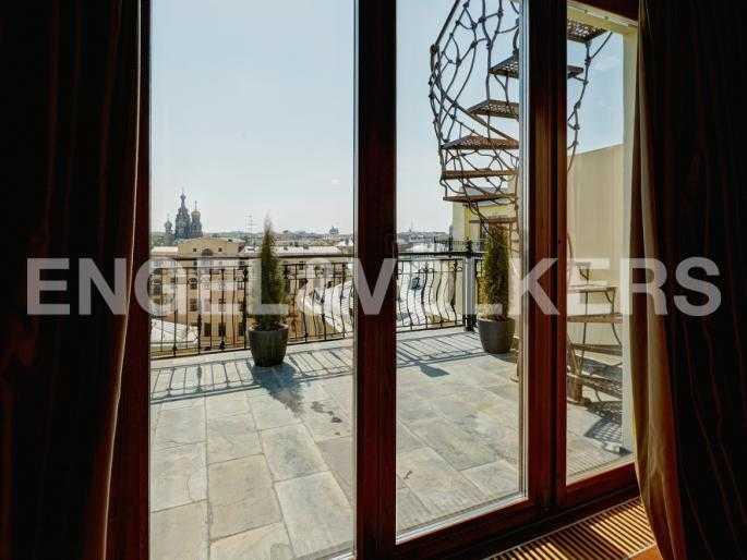 Элитные квартиры в Центральном районе. Санкт-Петербург, Миллионная, 12. Лестница на террасу на крыше