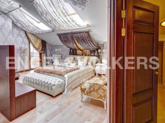 Элитные квартиры в Центральном районе. Санкт-Петербург, Миллионная, 12. Спальня с выходом на лоджию и в изолированную гардеробную