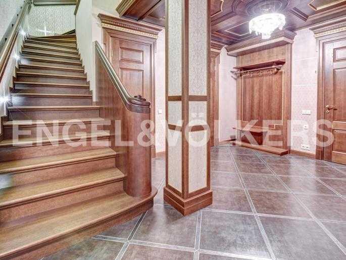 Элитные квартиры в Центральном районе. Санкт-Петербург, Миллионная, 12. Лестница между уровнями квартиры