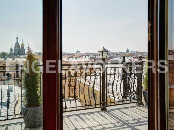 Элитные квартиры в Центральном районе. Санкт-Петербург, Миллионная, 12. Выход на панорамную террасу