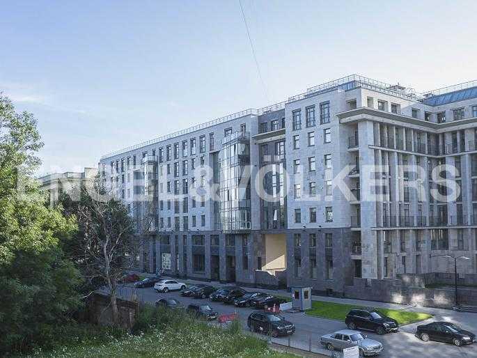 Элитные квартиры в Центральном районе. Санкт-Петербург, Орловская ул., 1. Вид из окна спальни на парадный въезд в комплекс