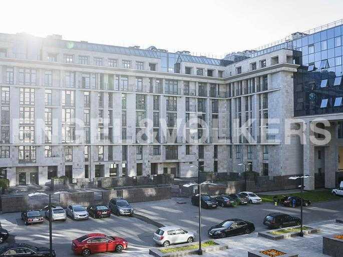 Элитные квартиры в Центральном районе. Санкт-Петербург, Орловская ул., 1. Вид из окна на парадный корпус комплекса