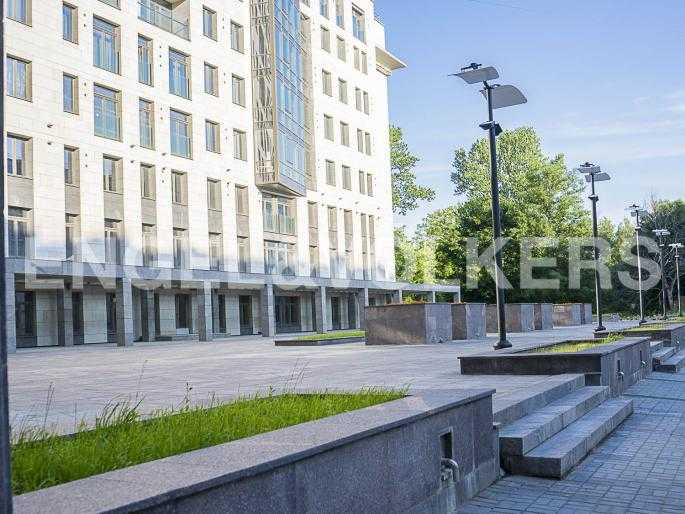 Элитные квартиры в Центральном районе. Санкт-Петербург, Орловская ул., 1. Фасад дома со стороны парадного въезда в комплекс