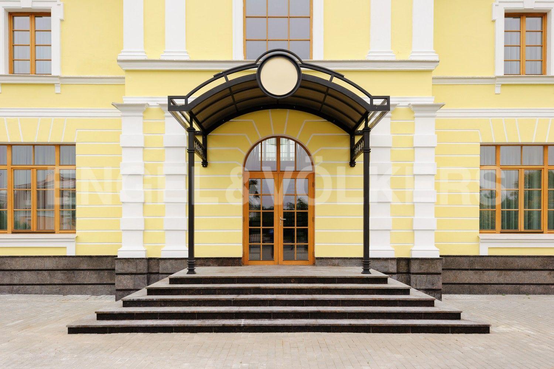 Элитные квартиры в Приморском районе. Санкт-Петербург, п. Лахта, Новая улица, 27к8. Вид на вход в дом