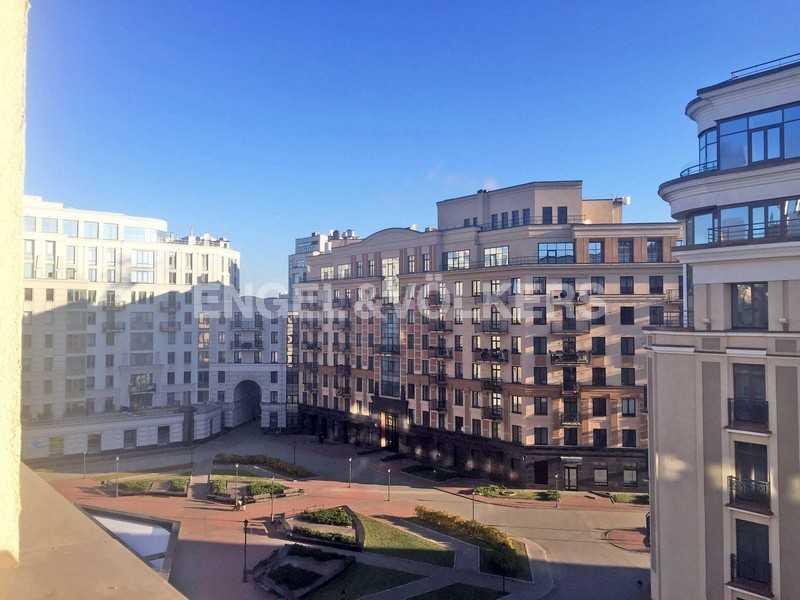 Элитные квартиры в Центральном районе. Санкт-Петербург, Парадная ул., 3. Вид из гостиной на территорию комплекса