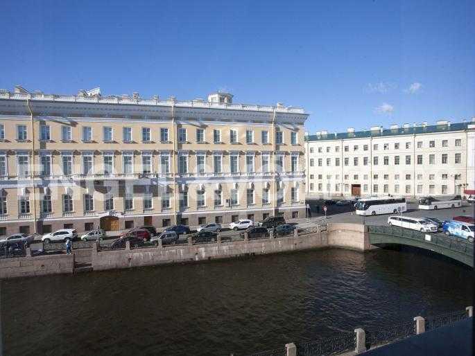 Элитные квартиры в Центральном районе. Санкт-Петербург, Наб. реки Мойки, 24. Вид из окон на набережную и Певческий мост