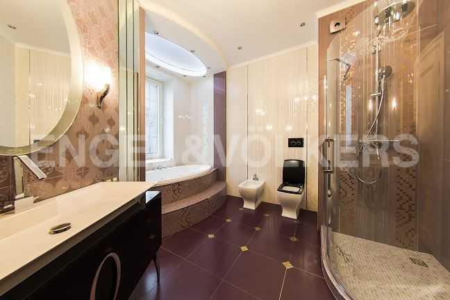 Элитные квартиры в Центральном районе. Санкт-Петербург, Парадная ул., 3. Основная ванная комната с окном