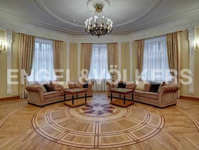 Элитные квартиры в Центральном районе. Санкт-Петербург, наб. реки Фонтанки, 54. Авторский наборный паркет в гостиной