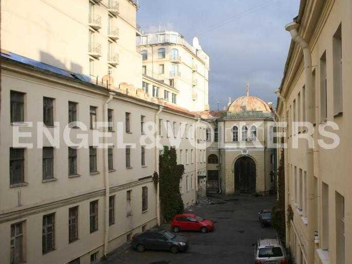 Элитные квартиры в Центральном районе. Санкт-Петербург, Наб. реки Мойки, 24. Парковка в закрытом дворе под видеонаблюдением