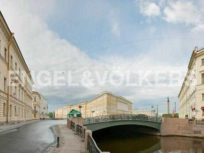 Элитные квартиры в Центральном районе. Санкт-Петербург, Наб. реки Мойки, 24. Певческий мост перед выходом на Дворцовую площадь