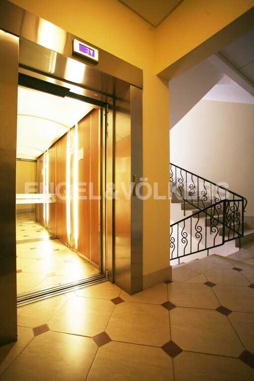 Элитные квартиры в Центральном районе. Санкт-Петербург, Парадная ул. 3. Лифт в парадной