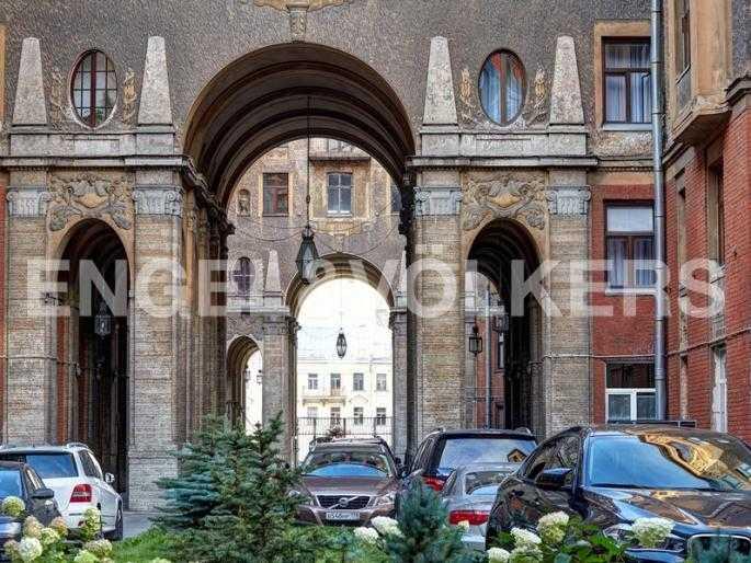 Элитные квартиры в Центральном районе. Санкт-Петербург, наб. реки Фонтанки, 54. Территория с зеленым ландшафтным насаждением