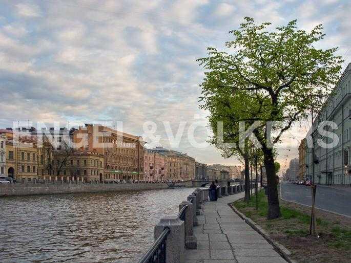 Элитные квартиры в Центральном районе. Санкт-Петербург, наб. реки Фонтанки, 54. Прогулочная зона вдоль набережной реки Фонтанки