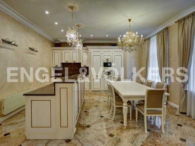 Элитные квартиры в Центральном районе. Санкт-Петербург, наб. реки Фонтанки, 54. Столовая со встроенной кухней