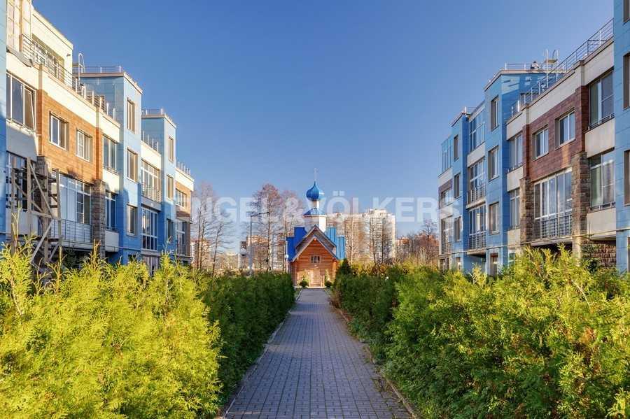 Элитные квартиры в Других районах области. Санкт-Петербург, Береговая улица, 25к1. Территория комплекса