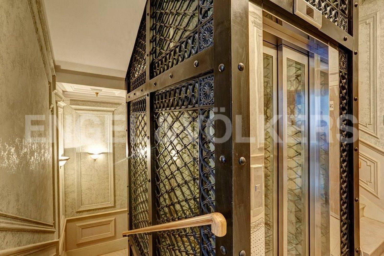 Элитные квартиры в Центральный р-н. Санкт-Петербург, наб. Кутузова, 24. Парадный холл при входе в квартиру