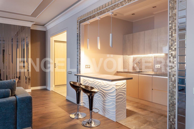 Элитные квартиры в Центральном районе. Санкт-Петербург, Кирочная, 31 к.2. Зона кухни в гостиной