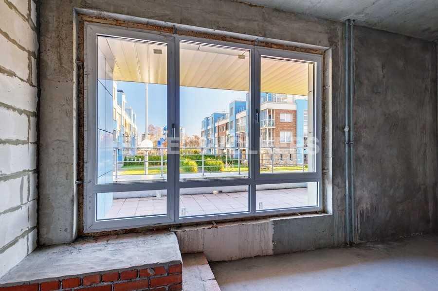 Элитные квартиры в Других районах области. Санкт-Петербург, Береговая улица, 25к1. Панорамные окна до пола