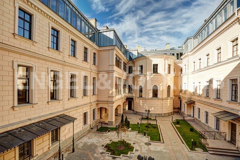 Элитные квартиры в Центральный р-н. Санкт-Петербург, наб. Кутузова, 24. Итальянский дворик