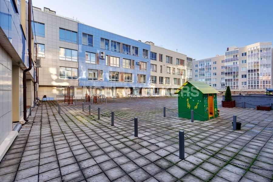 Элитные квартиры в Других районах области. Санкт-Петербург, Береговая улица, 25к1. Открытая терраса во внутреннем дворе дома