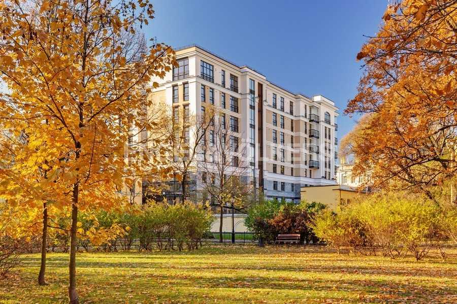 Элитные квартиры в Центральном районе. Санкт-Петербург, Радищева, 39. Фасад дома со стороны Сада Салтыкова-Щедрина