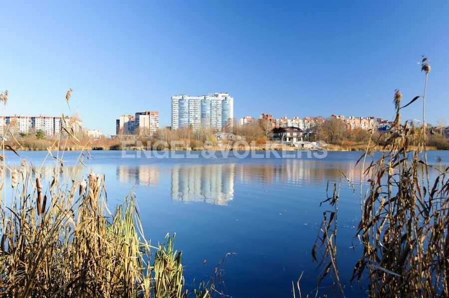 Элитные квартиры в Других районах области. Санкт-Петербург, Береговая улица, 25к1. Нижнее Большое Суздальское озеро
