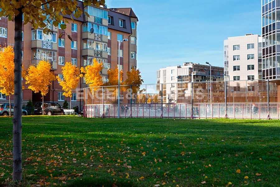Элитные квартиры в Других районах области. Санкт-Петербург, Береговая улица, 25к1. Футбольное поле на внутренней территории комплекса