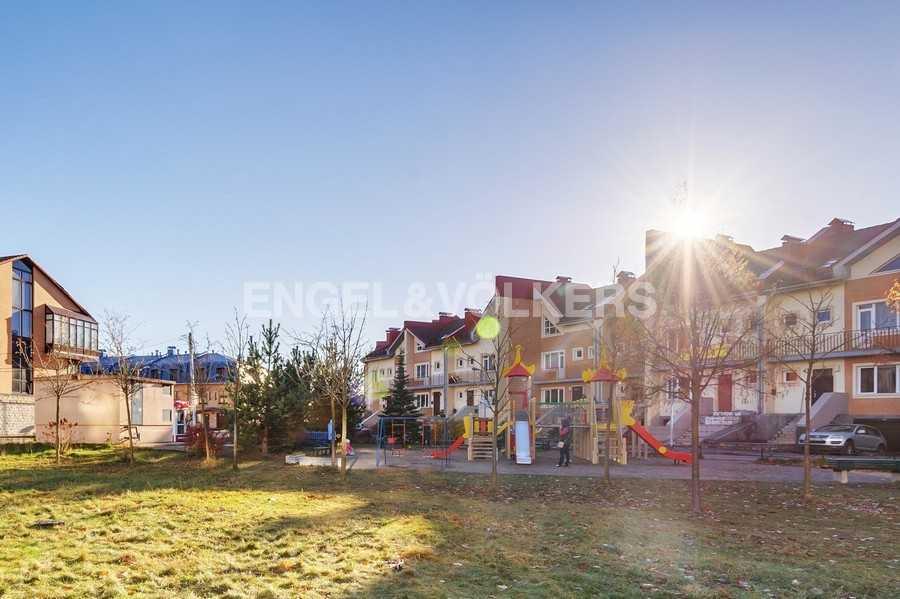 Элитные квартиры в Других районах области. Санкт-Петербург, Береговая улица, 25к1. Детская площадка на территории комплекса