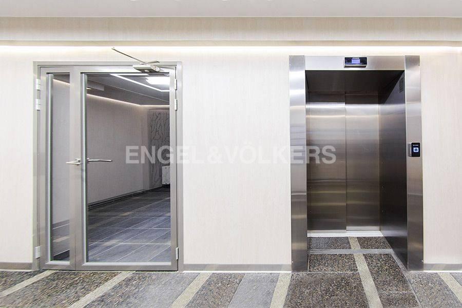 Элитные квартиры в Центральном районе. Санкт-Петербург, Радищева, 39. Соременный лифт в парадной