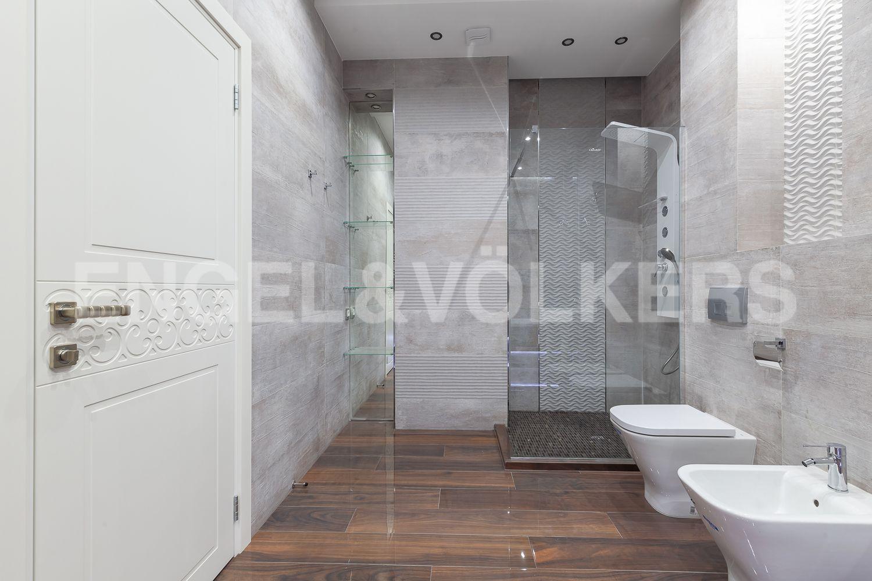 Элитные квартиры в Центральном районе. Санкт-Петербург, Кирочная, 31 к.2. Душевая в основной ванной комнате