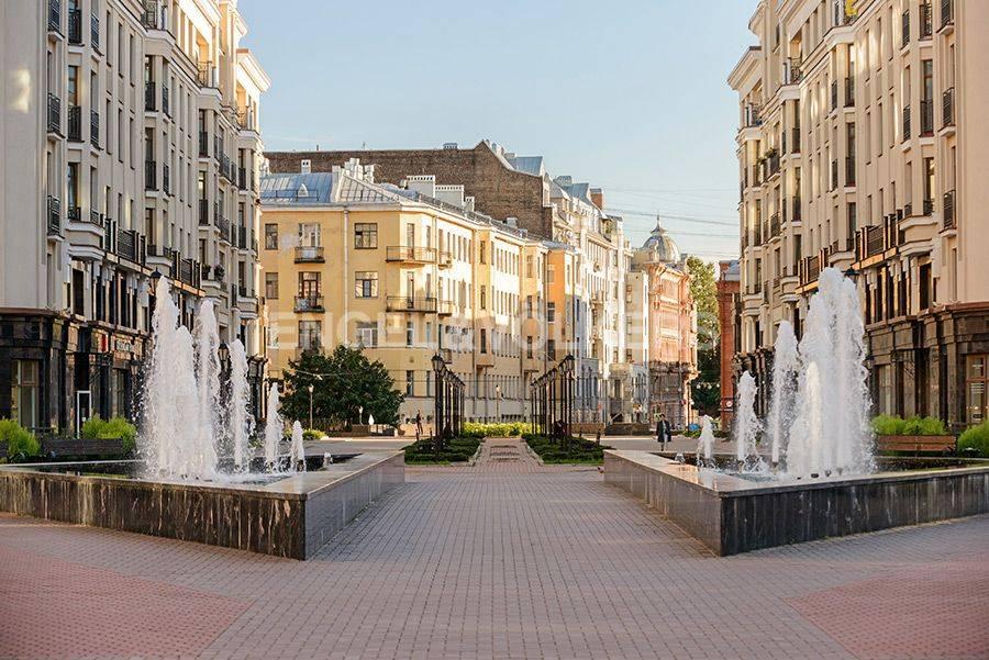 Элитные квартиры в Центральном районе. Санкт-Петербург, Радищева, 39. Действующий в летнее время фонтан на центральной площади комплекса