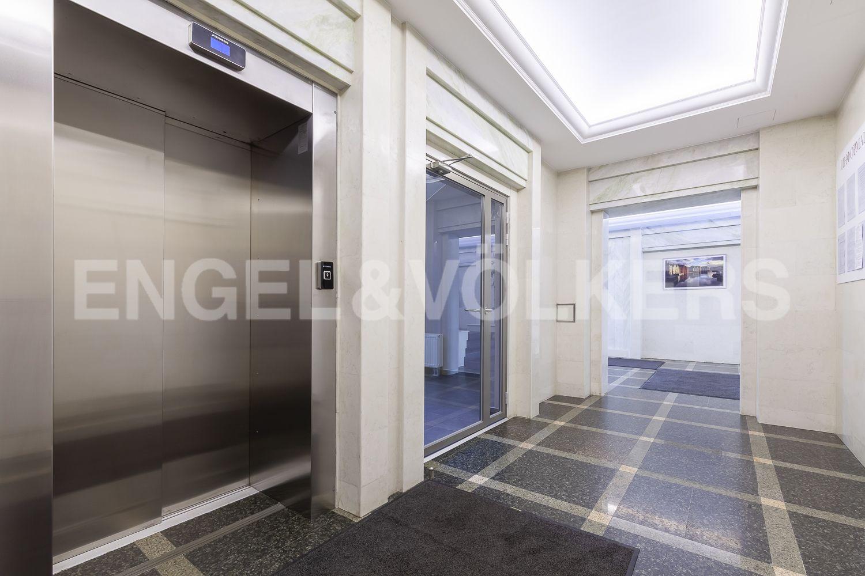Элитные квартиры в Центральном районе. Санкт-Петербург, Кирочная, 31 к.2. Современный лифт в парадной