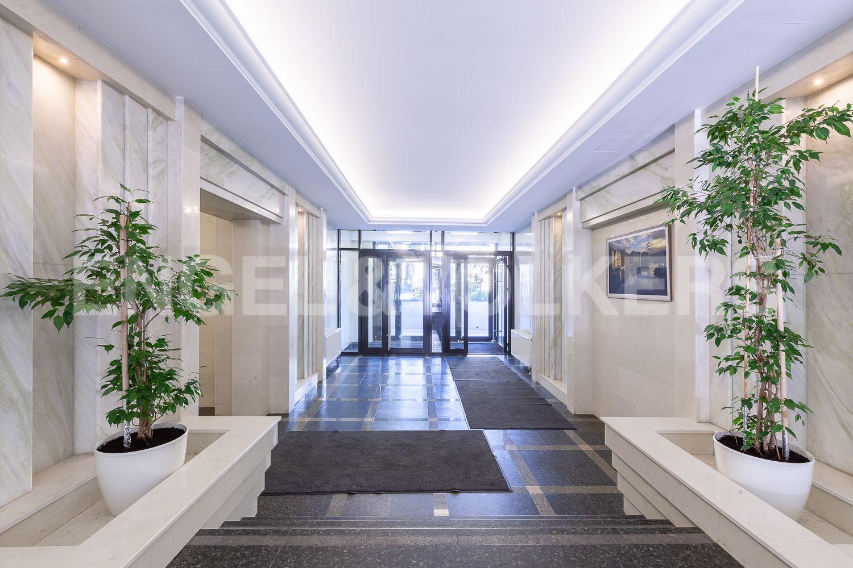 Элитные квартиры в Центральном районе. Санкт-Петербург, Кирочная, 31 к.2. Входная группа с выходом на твнутреннюю территорию дома
