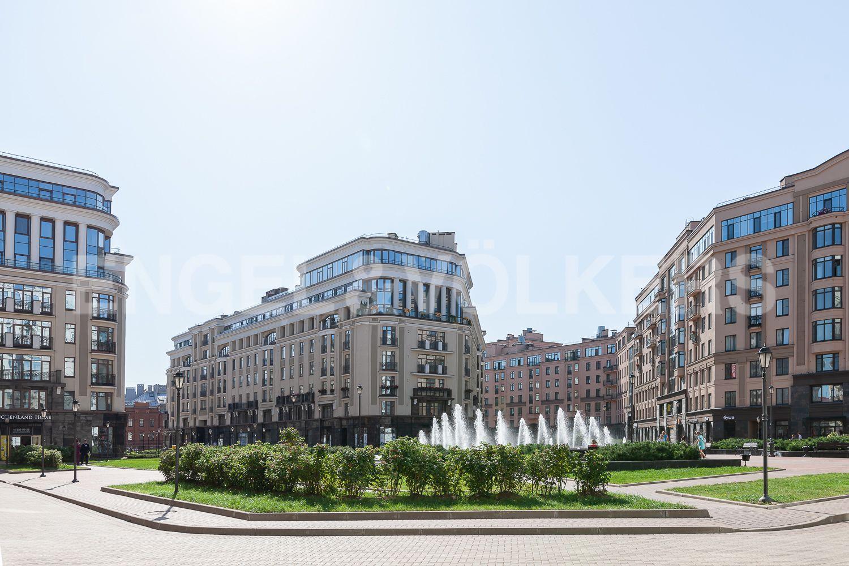 Элитные квартиры в Центральном районе. Санкт-Петербург, Кирочная, 31 к.2. Центральная площадь с фонтаном в Парадном квартале