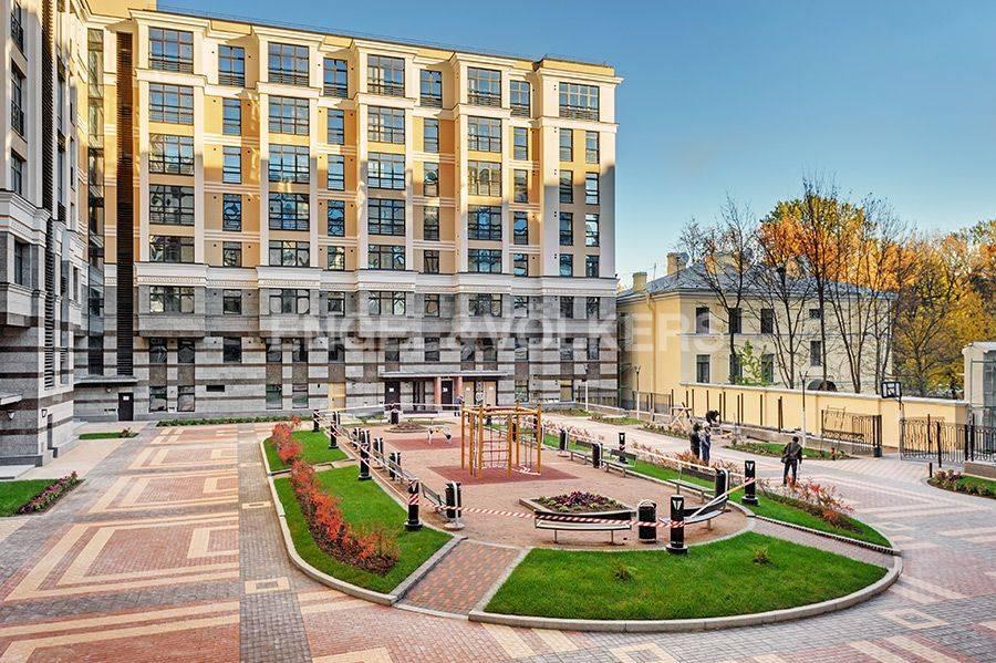 Элитные квартиры в Центральном районе. Санкт-Петербург, Радищева, 39. Вид из окна гостиной на благоустроенную территорию дома