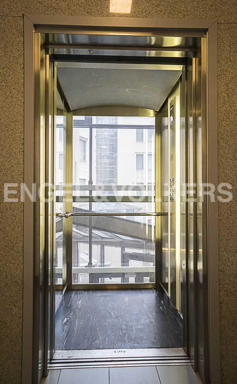 Элитные квартиры на . Санкт-Петербург, Морской пр., 11. Лифт с панорамным остеклением, спускается в уровень паркинга