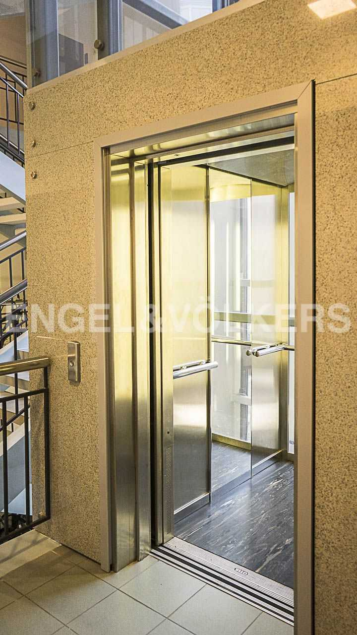 Элитные квартиры на . Санкт-Петербург, Морской пр., 11. Лифт с зеркалами на этаже, спускается в уровень паркинга