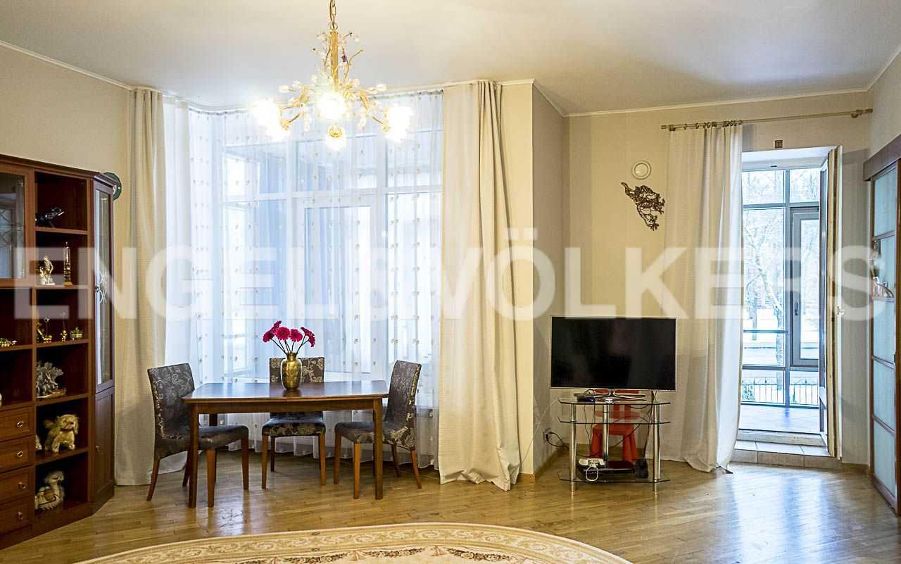 Элитные квартиры на . Санкт-Петербург, Морской пр., 11. Выход на просторную лоджию из гостиной