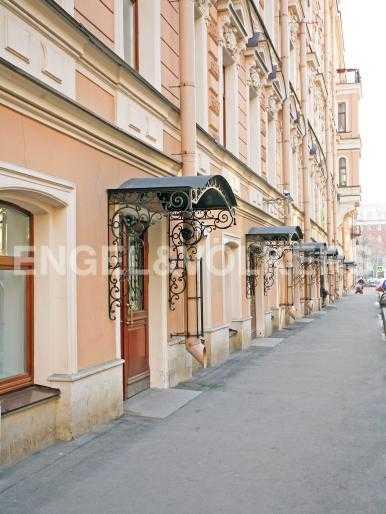 Элитные квартиры в Центральном районе. Санкт-Петербург, Английский пер., 29. Вход в парадную дома